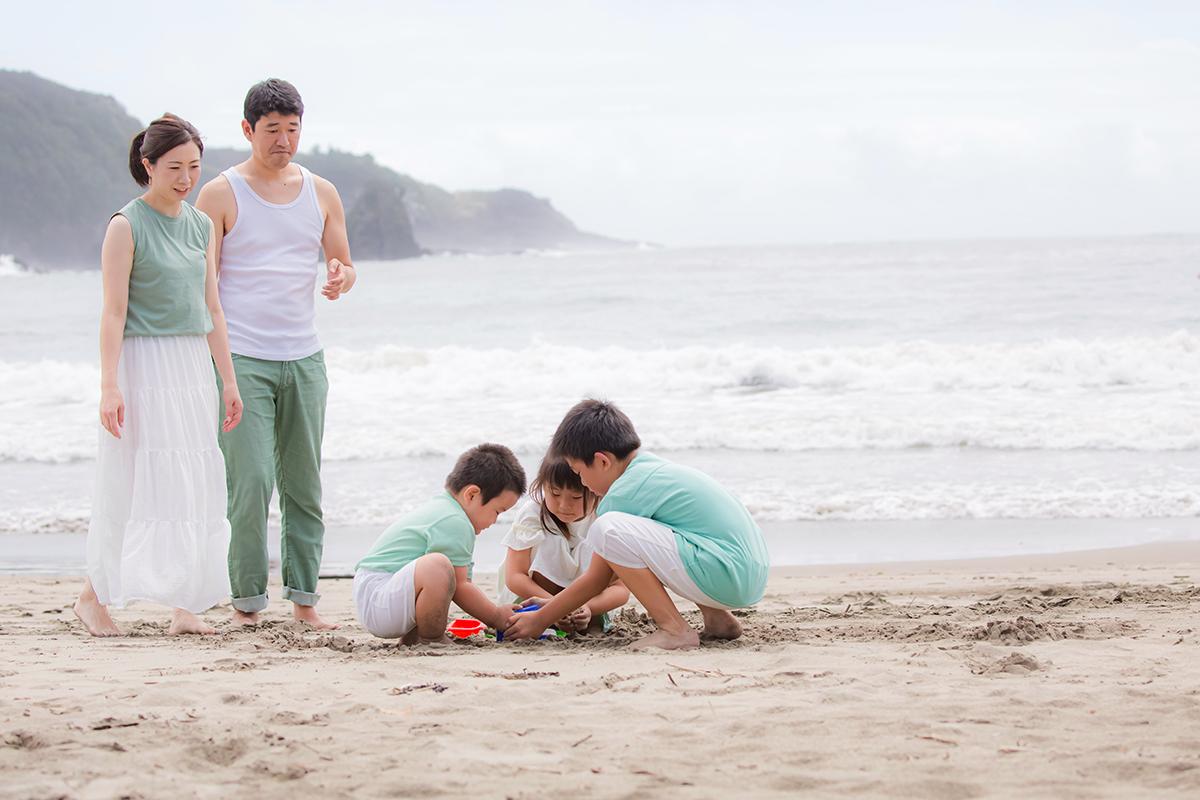 白浜での砂遊び